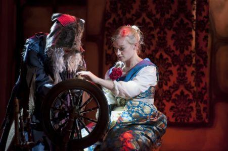 Britt Lenting (Carabosse), Jasmine Hackett (Aurora)